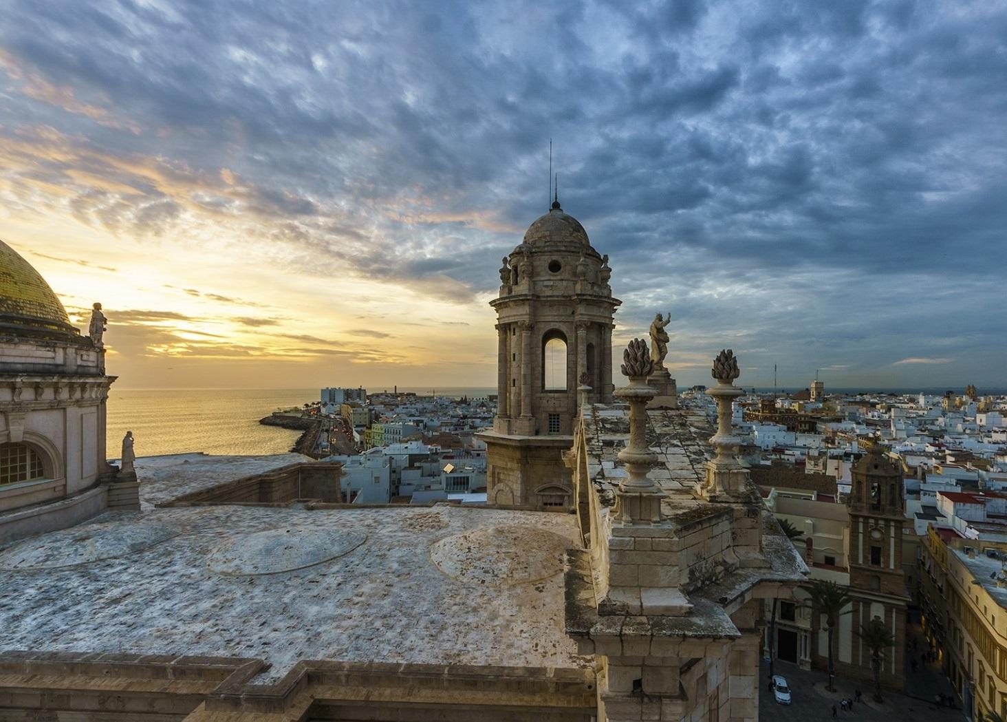 Foto de la ciudad de Cádiz en el atardecer desde lo alto de los tejados