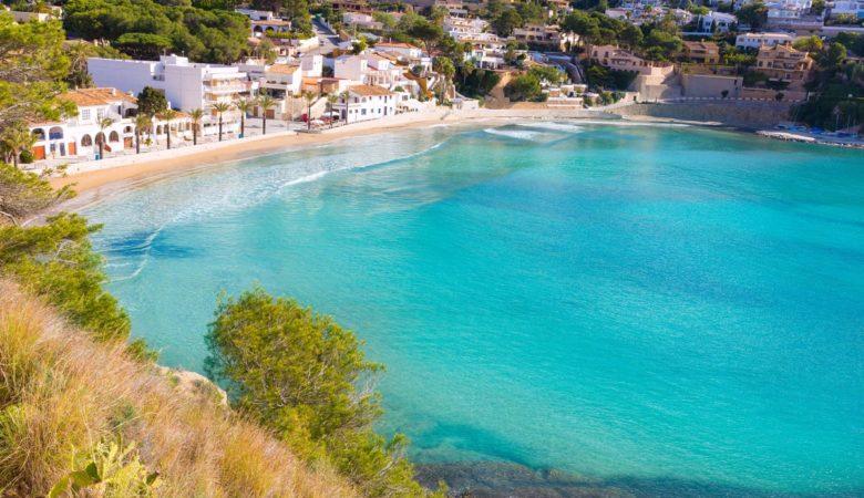 Hoteles que admiten perros en Moraira para disfrutar de la playa con mascota este verano