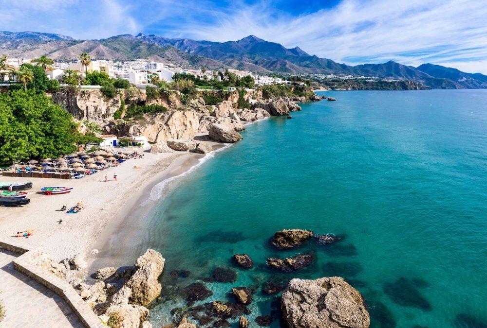 Hoteles que aceptan mascotas en Nerja en la provincia de Málaga ideales para disfrutar de la Costa del Sol con perro